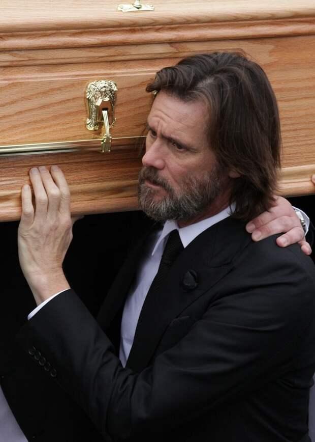Записка, которую написала бывшая девушка Джима Керри перед смертью, леденит душу.