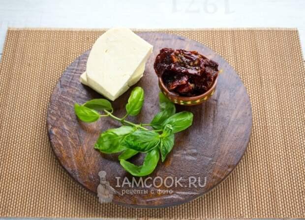 Сыр, вяленые томаты и базилик