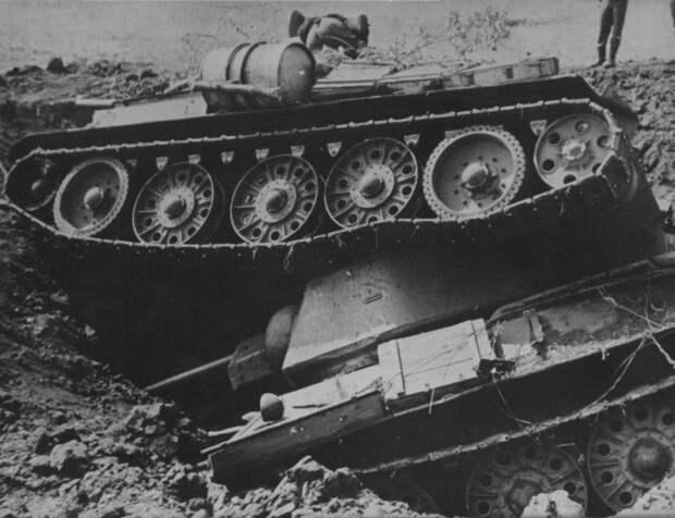 Свалившиеся в бомбовую воронку два советских танка Т-34. 1943 год. история, события, фото