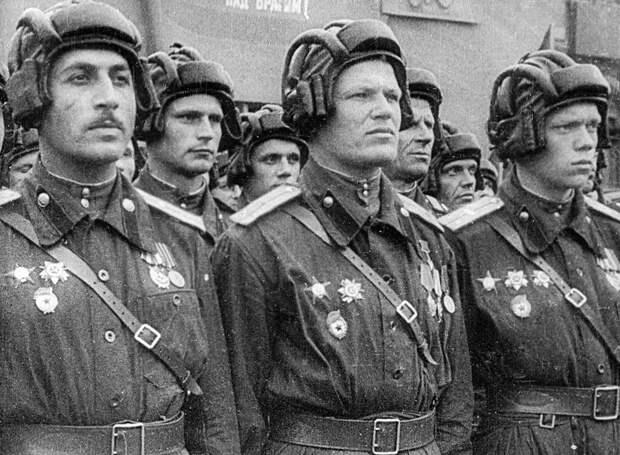 Парадный расчет советских танкистов во время парада на Красной площади по случаю Победы в Великой Отечественной войне. 1945.