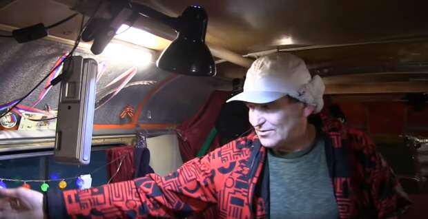 Веселый мужик живет в старом автобусе ПАЗ