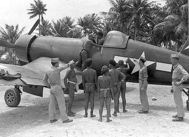 Аборигены Тихого океана рассматривают самолет F4U «Корсар». Сначала военных они приняли за богов. 1943 г. Весь Мир, история, фотографии