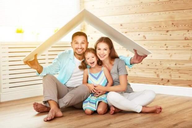 папа, мама и дочь под крышей