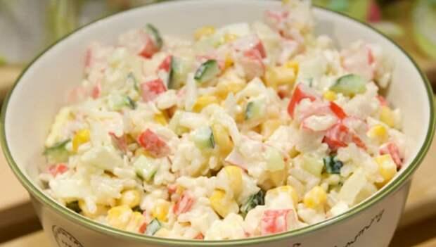 Готовлю крабовый салат по особому рецепту: просто нарезаю крабовые палочки и добавляю овощную смесь
