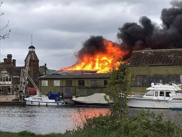 Сильный пожар и взрывы на острове посреди Темзы испугали жителей района Хэмптон