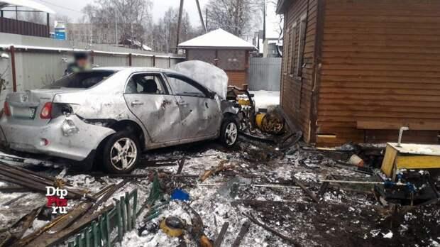 В Петрозаводске автомобиль влетел в жилой дом и перевернулся