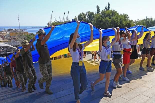 Несмотря на ухищрения фотографа, всё равно не удаётся скрыть того, что организаторам приходится привлекать военных и школьников, дабы изобразить массовость