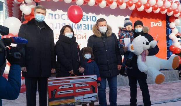 Глава РЖД Олег Белозеров передал 25 ключей отквартир жителям Иркутской области