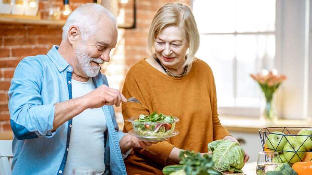 Специалисты по питанию назвали витамины, необходимые для здоровья пожилых людей