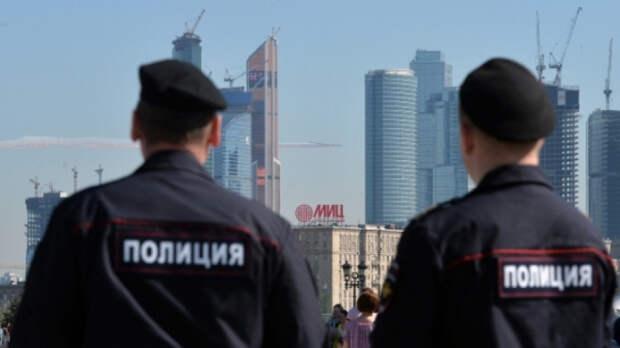 Либеральные СМИ восхищены напавшим на полицейского в Москве школьником
