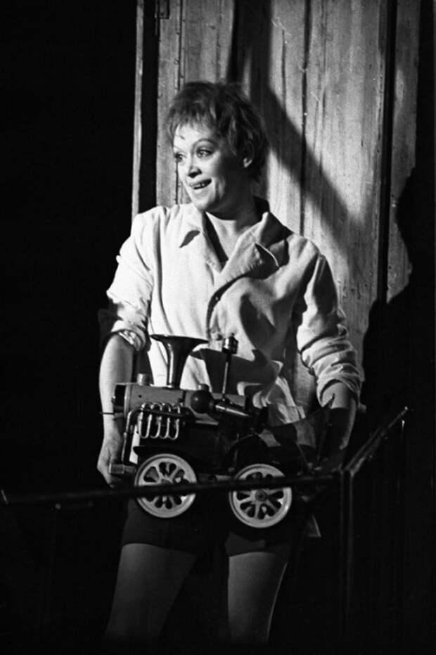 Алиса Фрейндлих в роли Малыша. / Фото: www.alisa-freindlih.ru