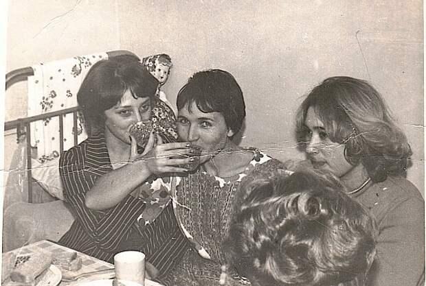Ужин в комнате общежития, что в стаканах - не помню