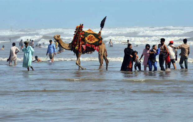Пакистанцы отдыхают на пляже в Карачи 8 июня 2008, в день, объявленный Днем океанов. (RIZWAN TABASSUM / AFP / Getty Images)
