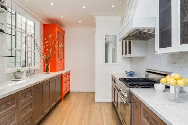 Буфет в ярких оттенках освежит интерьер светлой кухни