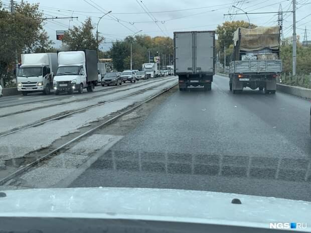 Почему дорожники всё лето ничего не делали, а под осень начали чинить улицы, создавая пробки. Смотрим, что и как уже сделано