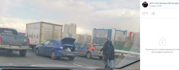 На МКАД в районе Строгино столкнулись легковушка и грузовик