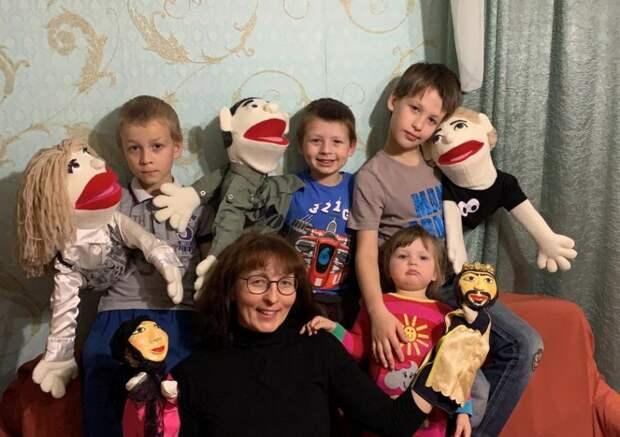 Теперь Надежда Александрова ставит кукольные спектакли вместе со своими детьми/Из личного архива