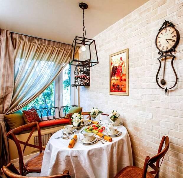 Обеденная зона на кухне в средиземноморском стиле