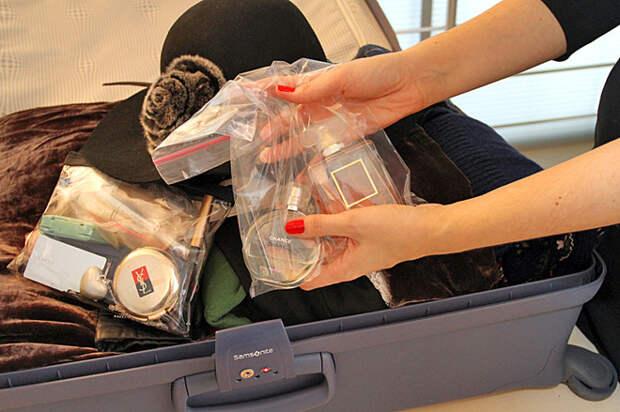 Лучше всего подбирать вещи, которые быстро сохнут и не мнутся, чтобы не доставлять себе лишних проблем, а также не использовать оригинальные упаковки от духов, украшений, которые будут занимать лишнее пространство поездка, путешествие, советы, упаковать чемодан, фото