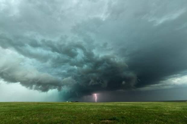 «45 000 километров погони»: необузданная стихия глазами американского охотника за штормом