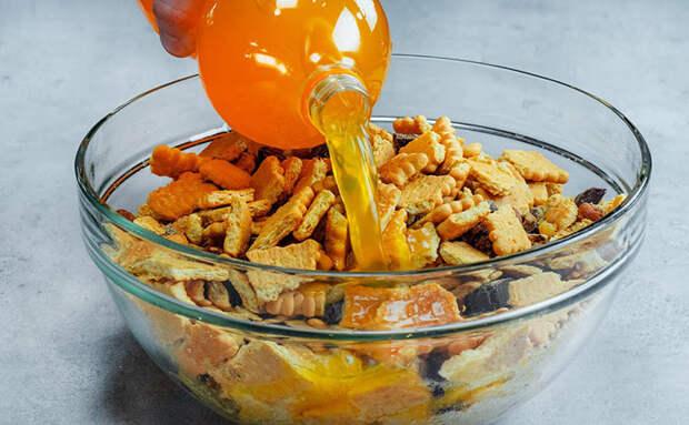 Заливаем печенье Фантой и добавляем крем: апельсиновый торт настаивается за час