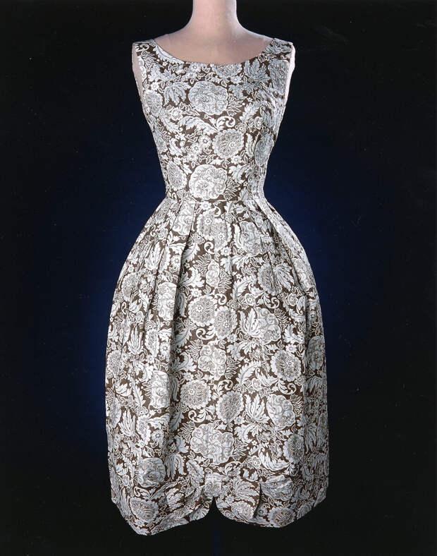 Вот такое вот чудо-платье было сшито в Канзасе из мешка. Правда, на конкурс. И все равно оно прекрасно!
