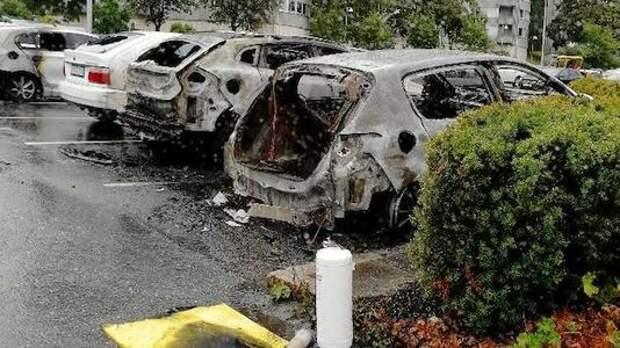 В Швеции за ночь сгорело более 100 машин