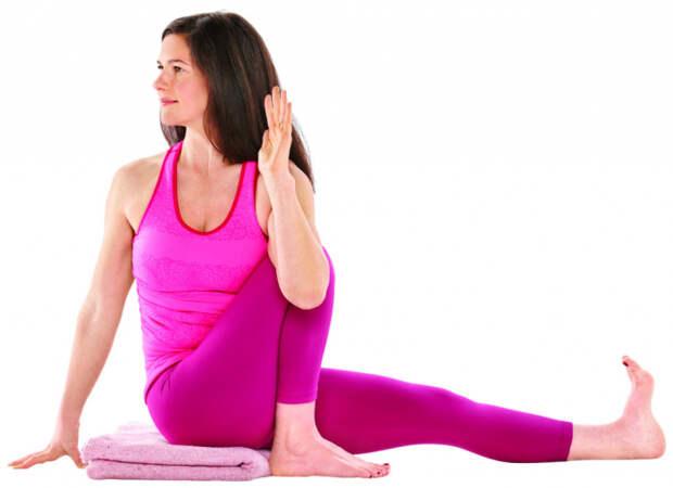 Эффективная скрутка сидя. / Фото: yogajournal.ru