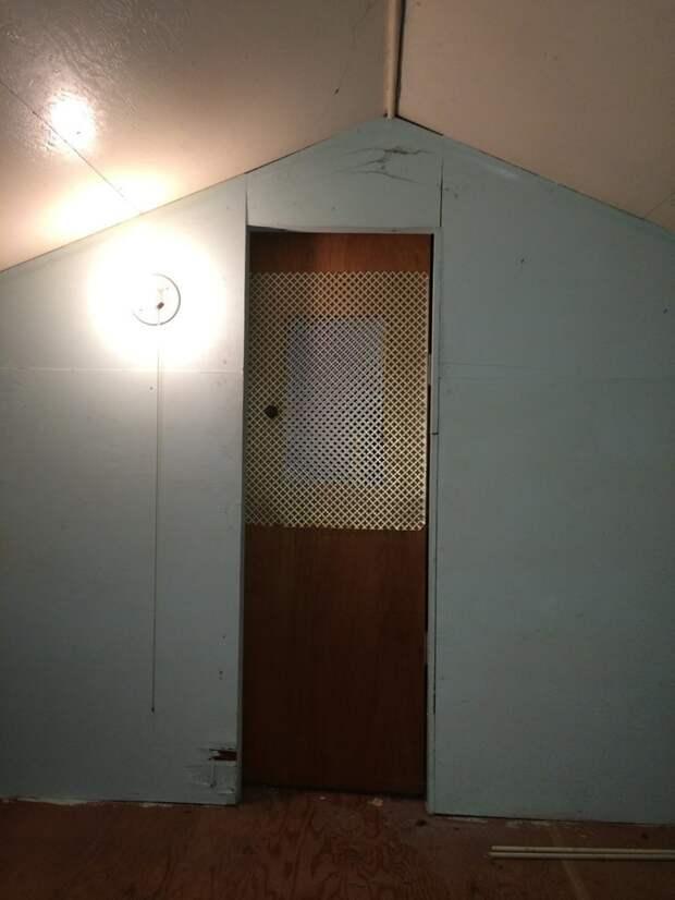 Вид на дверь из комнаты дом, загадка, комната, находка, странность, фотография, чердак