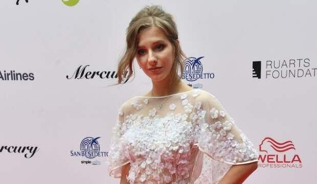 «Похоже на свадебный наряд»: Арзамасова в белом платье удивила народ