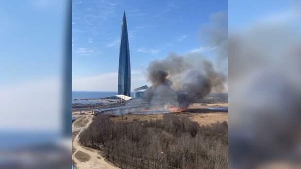 "Окутавший ""Лахта-центр"" густой дым напугал петербуржцев"