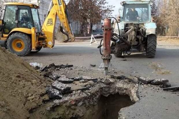В российском городе обвалилась дорога из-за кражи канализации за миллиард рублей