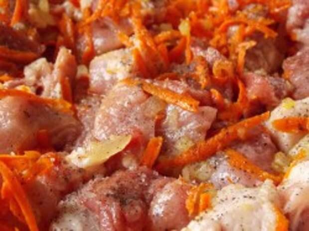 Обжарим мясо в луке и моркови