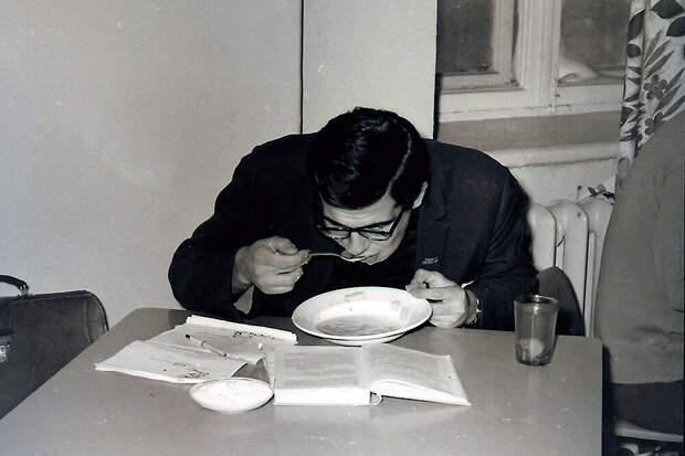 С.В.Лавров в молодости. Успевает все - есть. читать и записывать.