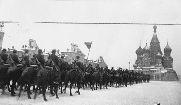Прохождение конницы по Красной площади во время парада 7-го ноября 1941-го года. Велика Отечественная война, История Родины, СССР