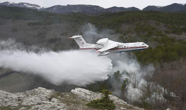 Самолет-амфибия Бе-200 на учениях МЧС по тушению лесных пожаров Алексей Павлишак/ТАСС