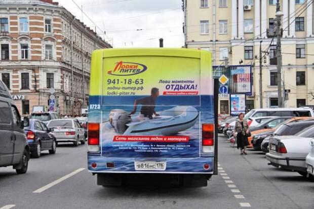 В Питере автобусы рекламируют лодки для автомобилистов