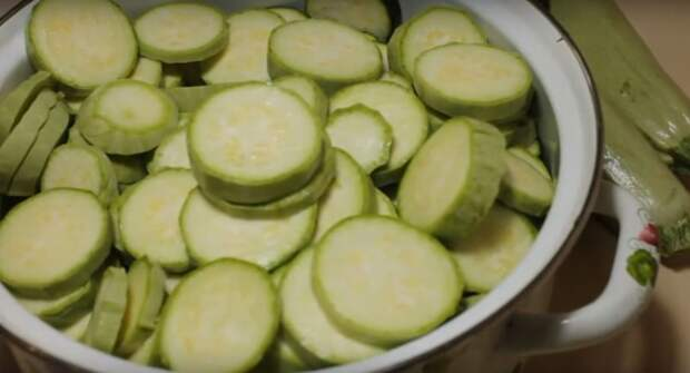Кабачки с чесноком, маринованные в собственном соку видео, консервация, кулинария, рецепты