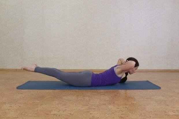 Поза саранчи помогает от болей в спине. / Фото: yoga24.info