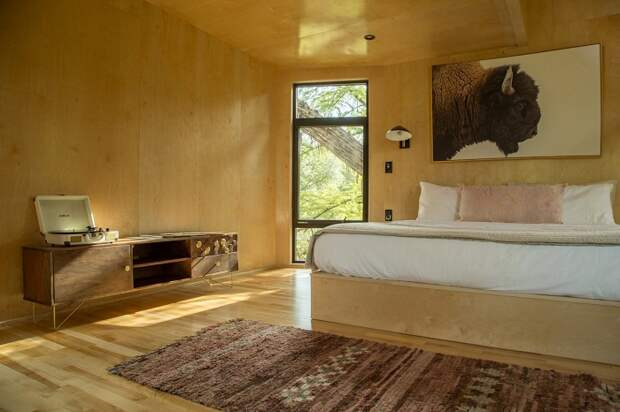 Спальня в Yoki Treehouse оформлена в стиле минимализм.