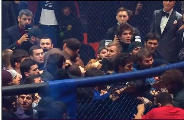 Жесть на турнире в Москве: бойцы устроили массовую драку, в клетку забегала полиция, теперь Исмаилова и Минеева доставят в участок. ВИДЕО