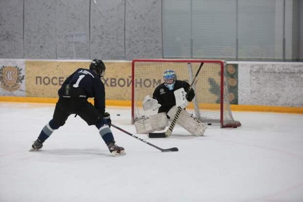 За сезон хоккеист может переломать с десяток клюшек / Фото: Андрей Дмытрив