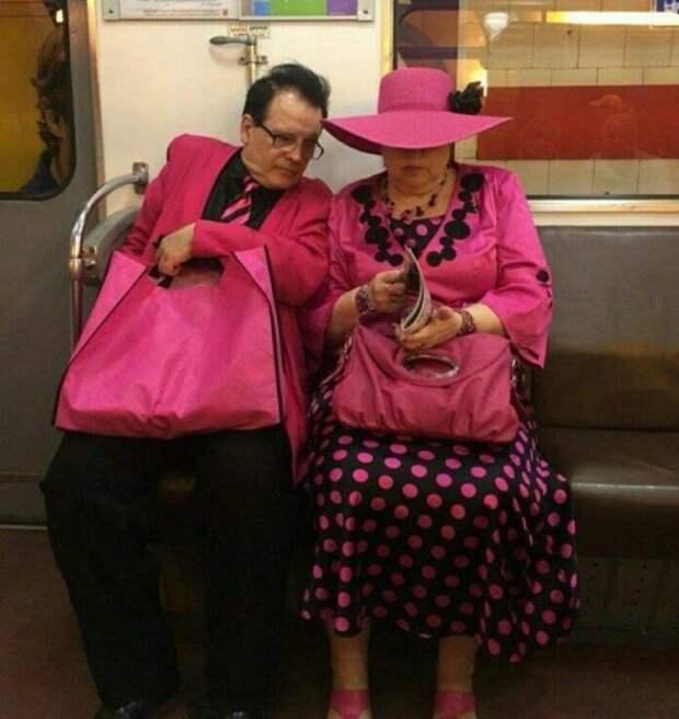 Стильная парочка в метро