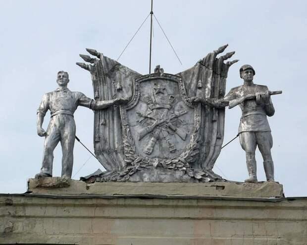 Фигуры солдата и рабочего вернутся на здание Русского драмтеатра в Ижевске уже в марте