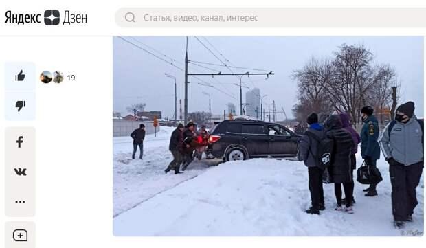 Автомобиль застрял на трамвайных путях на проспекте Мира