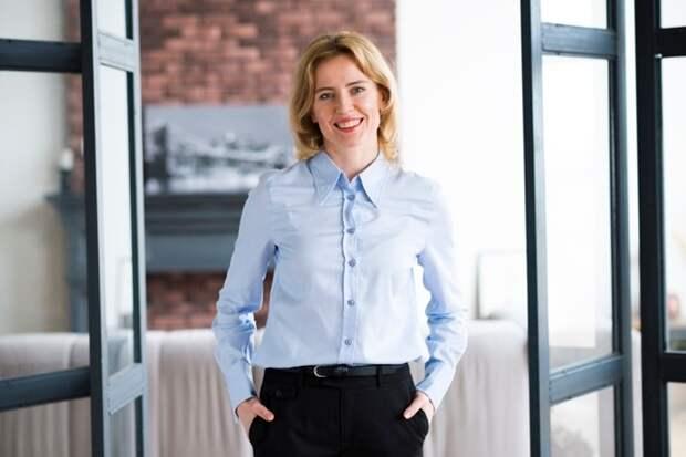 женщина с руками в карманах брюк