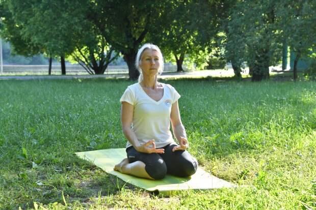 Позы от остеохондроза: жительница Марьина поделилась секретами йоги