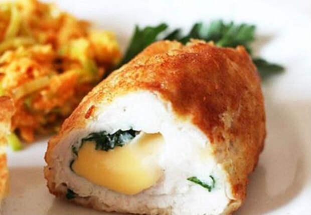 Выкладываем сырную начинку на филе и ставим в духовку. Куриные рулетики тают во рту