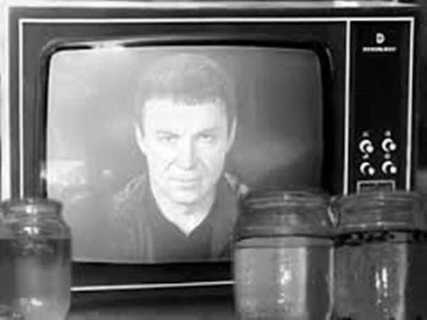 Помните как самая читающая страна с лучшим в мире образованием бросилась заряжать банки с водой у телевизора?