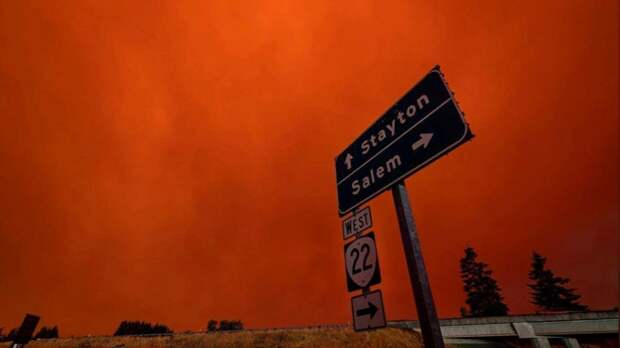 Из-за лесных пожаров небо над США стало кроваво-красным